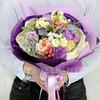 Букет из роз, фрезий, гиперикума и зелени фото
