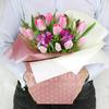 Композиция из тюльпанов, фрезий и капсов в подарочной коробке фото