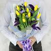 Букет из тюльпанов и статицы с листьями эвкалипта фото