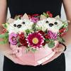 Композиция из гвоздик и роз - два котенка в сердце фото