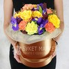 Композиция Стрельцу из роз, ирисов и гвоздик в шляпной коробке фото