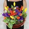 Композиция Стрельцу из роз, тюльпанов и лизиантусов в плетеной корзине фото