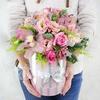 Новогодняя композиция из лизиантусов, роз и орхидей в шляпной коробке фото
