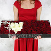 Композиция из красных и белых роз в бархатной коробке фото