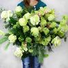 Зимний букет из роз, орхидей, хвои и вибурнума фото