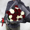 Букет из 21 красной и белой розы фото