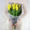 Букет из желтых сортовых тюльпанов в стильной упаковке фото