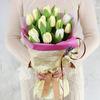 Букет из 15 белых тюльпанов с веточкой лаванды фото