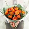 Букет из оранжевых роз с листьями берграсс фото
