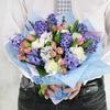 Букет Тельцу из гиацинтов, гвоздик и роз с хлопком фото