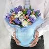 Композиция Тельцу из гиацинтов, гвоздик и роз в голубой шляпной коробке фото