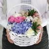 Композиция из гвоздик, роз и гортензии в плетеной корзине фото