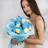 Букет из голубой хризантемы, роз и гипсофилы фото