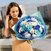 Букет из голубых и белых хризантем фото