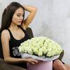 Букет из 101 белой розы в шляпной коробке фото