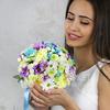 Букет невесты из хризантем и ромашек на портбукетнице фото