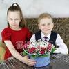 Композиция 2 котика из гвоздик и роз в коробке фото