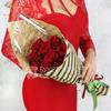 Букет из 9 красных роз в подарочной упаковке фото