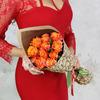 Букет из 11 оранжевых роз в подарочной упаковке фото