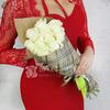 Букет из 9 белых роз в подарочной упаковке фото