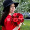 Букет невесты из красных роз и эвкалипта фото