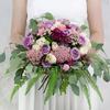 Букет невесты из гвоздик, роз и папоротника фото