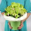 Композиция из хризантем и орхидей в шляпной коробке фото