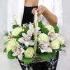 Композиция из роз и орхидей в корзине фото