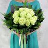 Букет из 15 белых роз и папоротника фото