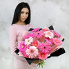 Букет из розовых гербер в стильной упаковке фото