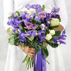 Букет из ирисов, роз, лизиантуса и капса фото