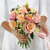 Букет из роз, лизиантуса и скимии фото