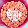 Букет из 51 коралловых роз с конфетами Раффаэлло фото