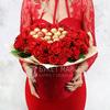 Букет из красных роз с конфетами в шляпной коробке фото