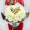 Букет из 31 белых роз с конфетами фото