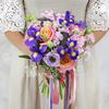 Букет из роз, ирисов и эвкалипта фото
