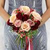 Букет из роз, гиперикума и фисташки фото