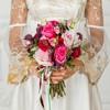 Букет невесты из роз, гвоздик и оливы фото