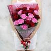Букет из 21 красных и малиновых роз в оригинальной упаковке фото