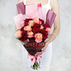 Букет из 21 красных и коралловых роз в оригинальной упаковке фото