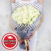 Букет из 33 белых роз в оригинальной упаковке фото