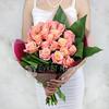 Букет из 21 коралловых роз и аспидистры фото