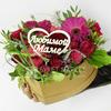 Композиция маме из роз, гербер и зелени в сердце фото