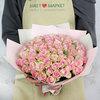 Букет из 65 кенийских роз в упаковке фото
