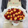 Букет из 75 кенийских роз в упаковке фото