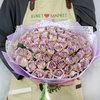 Букет из 75 сиреневых кенийских роз в упаковке фото