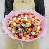 101 разноцветная кенийская роза в упаковке фото