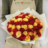 Букет из 75 разноцветных кенийских роз фото