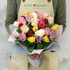 Букет из 25 разноцветных кенийских роз фото