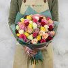 Букет из 51 разноцветных кенийских роз фото